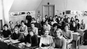 Helsingin Tyttölukion luokan oppilaat kuvaamataidon tunnilla kuvaamataidon luokassa 1960