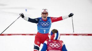 Marit Björgen jublar då hon korsar mållinjen.