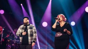 Elämäni Biisi -ohjelman artisti Kasmir ja taustalaulaja Jepa Lambert tulkitsevat Hectorin Jos sä tahdot niin -kappaletta.