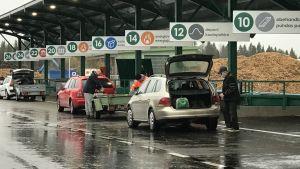 Bilar som står på kö för att sortera avfall.