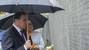 Stefan Löfven står och läser namnen på offren i Estoniakatastrofen, vid minnesmärket som listar namnen på ett stort stenblock.