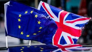 EU:s och Storbritanniens flaggor sida vid sida.