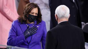 Kamala Harris hälsar på Mike Pence.