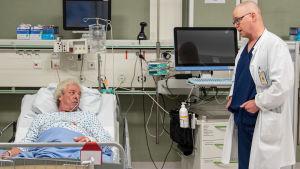 Mauri, 59, keskustelee gastrokirurgi Simo Laineen kanssa ennen leikkausoperaation alkua.
