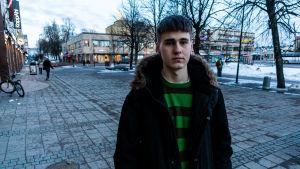 Man som står utanför ett köpcentrum i Borgå.