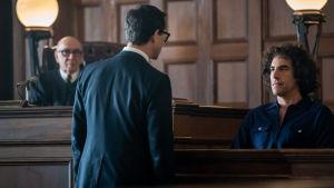 Förhörsscen i rättssalen i filmen The Trial of the Chicago 7.