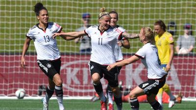 Anja Mittag firar 1-0 för Tyskland. 52cf6d430efb8