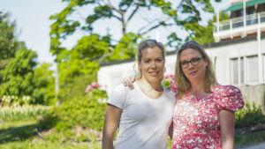 Fysioterapeut Annette Collin (t.v.) och smärtläkare Anette Lemström på gården vid Mejlans sjukhus.