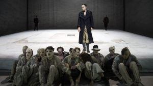 Filmbekanta Sebastian Blomberg som Zements Tschumanov,som redan hunnit tvätta av sig det gråa.