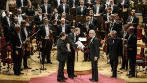 Kuningas Kaarle XVI Kustaa ojentaa Wienin filharmonikkojen edustajille Birgit Nilsson -palkinnon 2014