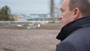 Undervisningschef Hannu Ollikainen tittar ut över det som ska bli Nickby hjärta