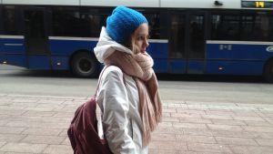 Fanny på väg hemm från skolan