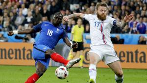 Moussa Sissoko och Aron Gunnarsson kämpar om bollen i fotbolls-EM 2016.