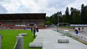 Scenen byggs på Karlsplan