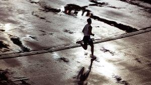 Ensam löpare springer i regnet, VM i Helsingfors 2005.