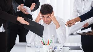 Arbetstagare blir stressad av mängden arbete framför sig.