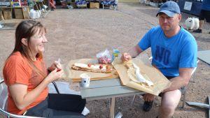 Människor på Pyttis skärgårdsmarknad 2017 äter plättar.
