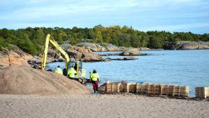 Arbete med att lägga ner sjökabel vid Regattastranden i Hangö.