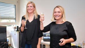 ICANs verksamhetsledare Beatrice Fihn och medlemmen av styrgruppen Grethe Ostern skålar för Nobelpriset.