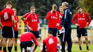 De norska spelarna lyssnar på Lars Lagerbäck