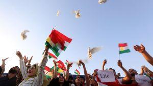 Kurdiska demonstranter släppte upp duvor på flygplatsen i Erbil den 29 september då Bagdad stoppat all internationell flygtrafik till och från Kurdistan.