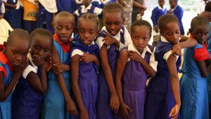 Flickor i Kenia vaccineras mot HPV.