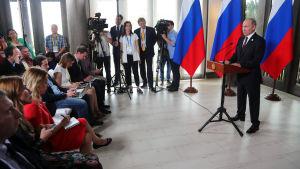 Putin var ilsken över amerikanska anklagelser i inblandning i valet då han höll presskonferens i Da Nang i Vietnam