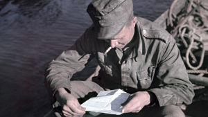 sotilas lukee kirjettä