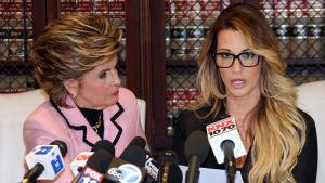 Samantha Holvey, före detta skönhetsdrottningen som har anklagat Donald Trump för trakasserier sitter vid ett bor med sin jurist.