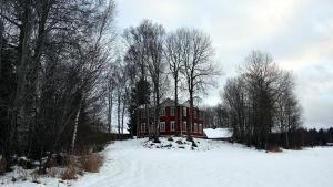 Röd gammal bondgård på kulle. Wahlrooska hemmanet som ska bli hästsportcenter.