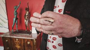 Ted Wallinin kädet joissa monta erillaista sormusta sormissa.