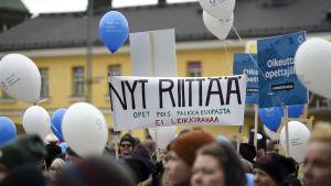Barnträdgårdslärare demonstrerar för högre lön i Helsingfors.