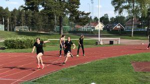 Övernäs högstadieskolas elever har tränat i en och halv månad och nu börjar växlingarna sitta.