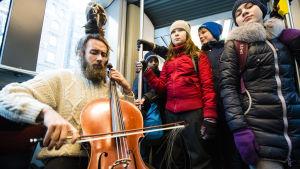 Juho Kanervo ja Brahenpuiston koulun oppilaita raitiovaunussa