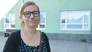 Kati Sointukangas utanför Karjaan yhteiskoulu i Karis.
