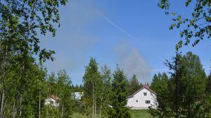 Rök från skogsbrand bakom hus i Lovisa