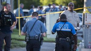 Stort antal poliser utanför tidnignen Capital Gazettes byggnad efter en skjutning.