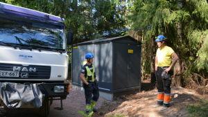 Borgå elnäts elektriker vid en transformator i Saxby