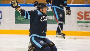 Jukka Peltola spelar ishockey.