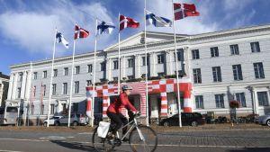Helsingfors stadshus prytt med Danmarks och Finlands flaggor