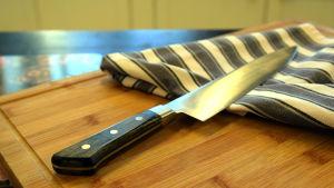 Kockkniv på en skärbräda.