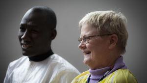 Moussa Thiare och Gunilla Löfman i profil, båda skrattande.