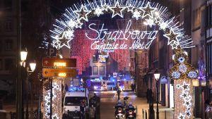 Den strålande julgatan i Strasbourg övertagen av utryckningsfordon.