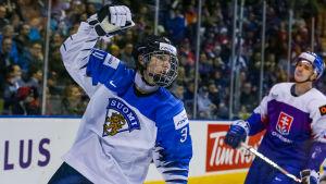 Backkometen Ville Heinola jublar över sitt mål i Finlands 5-1-seger över Slovakien.