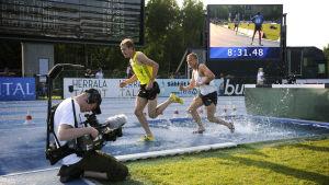 Ylen kuvaaja tallentaa miesten 3000 metrin estejuoksua yleisurheilun Eliittikisoissa kesäkuussa 2010.