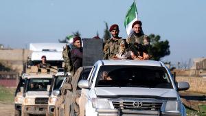 Syriska rebeller som lyder under Turkiet på väg mot kurdiska områden i norra Syrien.