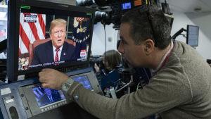 Donald Trump ses i en monitor i pressrummet i Vita huset.