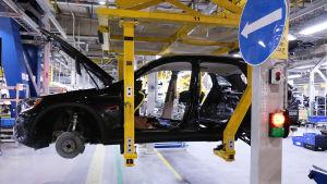 Autoa rakennetaan tehtaalla.