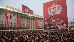 På måndagen, inför Kim Jong-uns nyårstal samlades människor på Kim Il-Sung-skvären i centrum av Pyongyang.