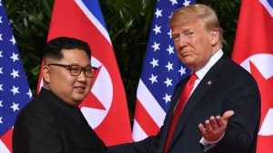 Nordkoreas ledare Kim Jong-un och USA:s president Donald Trump under toppmötet i Singapore den 12 juni 2018.
